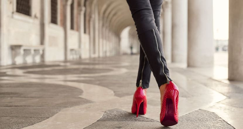 赤いハイヒールで歩く女性